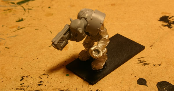 The crew have been more heavily converted using the plastic components from the Ork Boyz sprue.